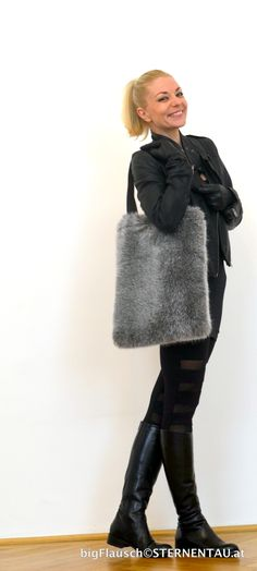 I can sew these easily. Fur Bag, Fake Fur, Shopper, Handmade Bags, Austria, Winter Jackets, Sewing, Aprons, Coat
