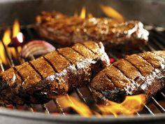 La carne asada forma parte de una comida tradicional ya que en la mayoría de las veces al reunirse la familia, amigos, compañeros, etc. esta presente como una manera o excusa de pasar un largo tiempo y convivir. Asimismo puede ser por cualquier motivo y disfrutar de una buena platica.
