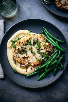 Roasted Cauliflower Steaks, Vegan Cauliflower, Cauliflower Recipes, Vegetarian Steak, Vegetarian Main Dishes, Vegan Dishes, Food Dishes, Vegan Dinner Recipes, Salads