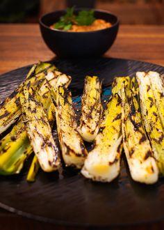Steven Raichlen nappe ses poireaux grillés sur le BARBECUE d'une délicieuse SAUCE romesco maison, un classique catalan qui accompagne aussi bien les grillades que les salades. Barbecue, Bbq Grill, Grilling, Vegan Bbq Recipes, Vegetarian Snacks, Summertime Drinks, Grilled Vegetables, Vegan Life, Breads