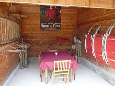"""Sellerie, chaises longues, jeux de plein air, espace repas """"cahuteurs"""" www.amivac.com/... Gîte LA MAISON RONDE 86210 MONTHOIRON 0549936819"""