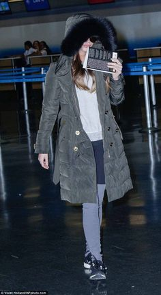 Jet set style! Concealing her lean legs in a pair of two-tone leggings, the mum-of-two dre...