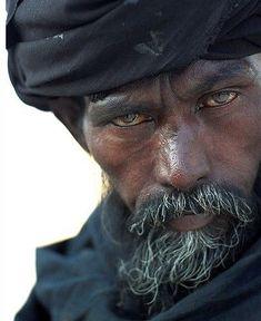 Viejo de turbante, con un pasado inquietante Tuareg man