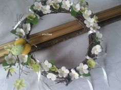wianek z gałązek brzozy ozdobiony kwiatkami z materiału