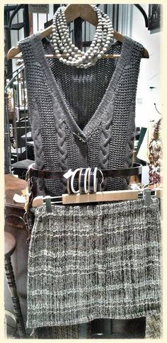 Mercoledì un perfetto outfit di mezza stagione Collana in legno collezione Naturalia Gilet in misto lana Bracciali ZSISKA Gonna in lana leggera collezione GRILLO TORINO