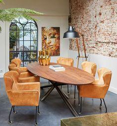 Luxe en industrieel gaan perfect samen! Kies voor een grote tafel met mat metalen kruispoot en noten blad. Combineer met leren stoelen in cognackleur en voila jouw jaloersmakende eethoek is af!