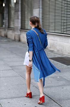 blauer mantel rote schuhe