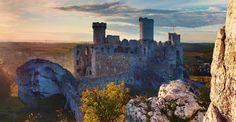 Początki architektury obronnej w Podzamczu sięgają czasów Bolesława Krzywoustego, kiedy to na skalistym wzniesieniu Góry Birów powstał obronny gród, obsadzony drużyną strzegącą granic przed najazdami książąt czeskich. Zamiast tej budowli, zniszczonej w czasach walk Łokietka o tron krakowski, w połowie XIV wieku Kazimierz Wielki zbudował na Górze Janowskiego gotycki zamek, który Władysław Jagiełło w 1386 r. darował Włodkowi z Charbinowic herbu Sulima.