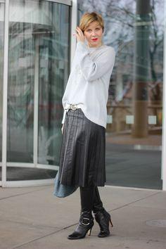 Lederfaltenrock mit Pullover - casual chic
