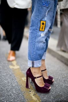Mary Janes de terciopelo Mary Janes, Glamour, Mary Jane Shoes, Walk On, Jeans, Peep Toe, Footwear, Street Style, Style Inspiration