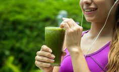 Dieser Shake ist eine erfrischend-fruchtige Kombination aus Pfirsich, Mandelmilch und süssem Mangopulver. Der Green Mix – eine Pulvermischung aus vier Superfoods – sorgt für die grüne Farbe, reichlich Chlorophyll und viele weitere Vitalstoffe aus den enthaltenen Mikrogalgen und Gräsern. (Zentrum der Gesundheit) © Boiarkina Marina - Shutterstock.com #shake #pfirsich #lupine #vegan #grün #rezept