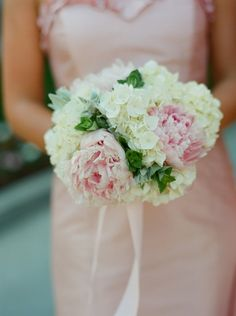 PERFECT pink & white hydrangea bouquet | I love that the greenery is from the hydrangea plant itself -- no need to buy more greenery...it comes with it! | Summer Wedding at the Decatur House on Lafayette Square | WomenWeb