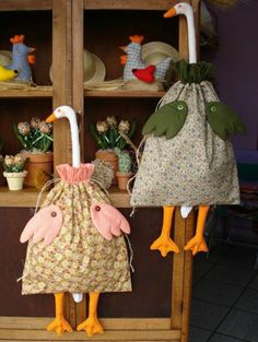 Como Fazer Puxa Saco: 36 Estilos com Passo a Passo - Frightened Tutorial and Ideas Fabric Crafts, Sewing Crafts, Sewing Projects, Plastic Bag Holders, Fabric Animals, Patchwork Bags, Patch Quilt, Love Sewing, Fabric Dolls