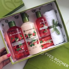Ξεχωριστό δώρο γι'αυτούς που αγαπάς! Σετ μπάνιου yvesrocher σε ποικιλία αρωμάτων! Yves Rocher, Mask Cream, Perfume, Relaxing Bath, Shower Gel, Body Lotion, Body Care, Skin Care, Avon Ideas