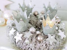 Adventskranz. Ein bezaubernder Adventskranz für alle WEISS-Fans. Ein Naturkranz aus Weide wurde liebevoll mit glitzernden Styrophorsternen dekoriert, von denen viele mit einer edlen...