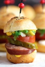 Classic Chicago-Style Polish Sausage Sliders A recent trip back to Chicago was the inspiration for these Game Day sliders. Chicago is a food. Burger Bar, Tapas, Appetizers For Party, Appetizer Recipes, Beste Burger, Gula, Slider Recipes, Game Day Food, Mini Foods