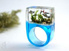 Aquarium – Magnificent fish ring with silver ornamental fish, sand, stones and moss on a blue ring made of resin Resin Ring, Resin Jewelry, Craft Jewellery, Resin Bracelet, Wood Resin, Resin Art, Acrylic Resin, Fish Ring, Mermaid Ring