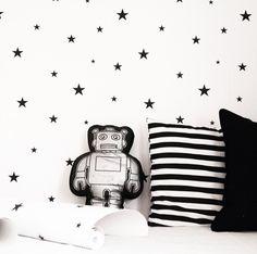 sterrenbehang met robot kussen en zwart wit gestreepte kussen
