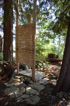Tiny rustic cabin, outdoor shower Another use for pallets perhaps? Could also be used as a screen/s to divide areas in the garden. Outdoor Bathtub, Outdoor Bathrooms, Indoor Outdoor, Outdoor Living, Outdoor Bars, Outdoor Kitchens, Outside Showers, Outdoor Showers, Glamping