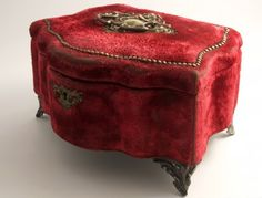 Magnificient Napoleon III jewelry box with red velvet frayed by time and his pearl-gray satin interior padded Antique Jewelry, Vintage Jewelry, Leather Jewelry Box, Antique Boxes, Antique Gold, Pretty Box, Jewellery Boxes, Vintage Box, Vintage Stuff