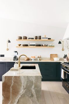 Home Interior Kitchen Anna Bond's Black-and-White Florida Home.Home Interior Kitchen Anna Bond's Black-and-White Florida Home Interior Design Kitchen, Kitchen Decor, Kitchen Ideas, Marble Interior, Italian Interior Design, Kitchen Lamps, Kitchen Dining, Cuisines Design, Küchen Design