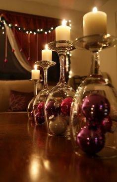 simpel maar mooi! Wijnglazen met kerstballen en kaarsen als decoratie