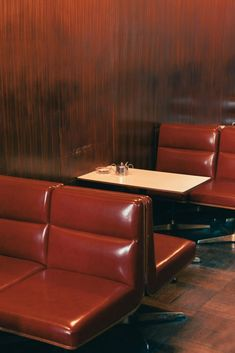 A classic kissaten. The kissaten is Japan's answer to an American diner. Coffee Shop, Parisian Cafe, Diner Recipes, American Diner, Restaurant Bar, Interior Architecture, Furniture Design, Classic, House