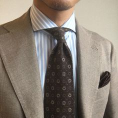 Welcome to Ties If you're a gentleman whose looking to know more about ties, you're in the right place. If you're someone who wears ties even though your colleagues don't, you're the real MVP! Beige Suits, Brown Suits, Mens Fashion Suits, Mens Suits, Gentleman Style, Dapper Gentleman, Brown Sport Coat, Suit Combinations, Classy Men