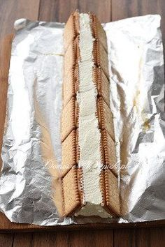 podnieść herbatniki z obu stron i je docisnąć. Polish Desserts, Polish Recipes, Cookie Desserts, No Bake Desserts, Delicious Desserts, Yummy Food, Cake Recipes, Dessert Recipes, Yummy Recipes