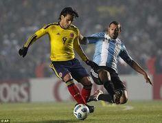 Argentina 0 Colombia 0 in 2011 in Santa Fe. Javier Mascherano jumps in on Radamel Falcao in Group A at Copa America. International Football, Lionel Messi, American Football, Fifa, Madrid, Running, History, Sports, Santa Fe