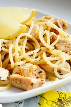 Przepyszny, aromatyczny, ziołowy makaron, świetna alternatywa dla oklepanego spaghetti z sosem pomidorowym. Jeśli cytryna kojarzy się wam tylko z babką świąteczną, rybą…