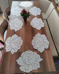 crochelinhasagulhas: Crochê filé na casa - Crochet and Knitting Patterns - Her Crochet Crochet Motifs, Thread Crochet, Crochet Doilies, Crochet Flowers, Crochet Stitches, Crochet Placemats, Crochet Table Runner, Doily Patterns, Crochet Patterns