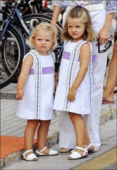 Leonor y Sofía con vestidos blancos de modistas de Gijón