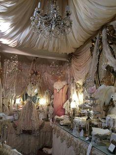 Bedroom classic chic dressing rooms 47 Ideas for 2019 Shabby Vintage, Vintage Glamour, Vintage Decor, Funky Decor, Shabby Chic Style, Shabby Chic Decor, Shaby Chic, Antique Lace, Antique Shops