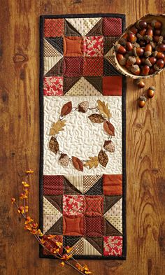 Pair piecing and appliqué for an autumn-inspired table runner. Thanksgiving Table Runner, Table Runner And Placemats, Quilted Table Runners, Fall Table Runner, Machine Embroidery Projects, Machine Quilting, Quilting Projects, Sewing Projects, Quilting Room