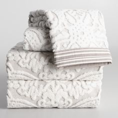 With an art-deco design and a striped border, this ivory and taupe bath towel adds sophistication to your bathroom. Best Bath Towels, Bath Towel Sets, Bathroom Towels, New Home Essentials, Towel Display, New Bathroom Ideas, Guest Bedroom Decor, Turkish Cotton Towels, Decorative Towels