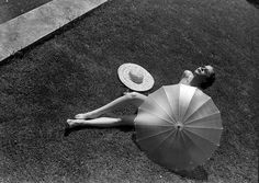 Nude with parasol, 1935. Martin Munkácsi photography.