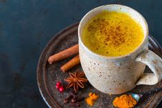 Do you suffer from joint pain and inflammation? Then you're in the right place! This delicious golden milk turmeric latte is the perfect anti-inflammatory Curcuma Latte, Natural Antifungal, Turmeric Drink, Organic Turmeric, Turmeric Supplement, Turmeric Health Benefits, Candida Diet, Milk Recipes, Pumpkin Spice Latte