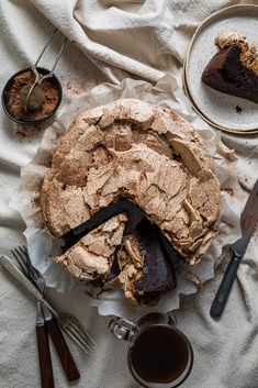 Flourless chocolate meringue cake made in a food processor, how much better of a gluten free cake can this be? Café Chocolate, Chocolate Meringue, Meringue Cake, Chocolate Recipes, Meringue Food, Köstliche Desserts, Delicious Desserts, Dessert Recipes, Yummy Food