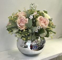 Look at this stylish fall flower arrangements - what a creative style and design Pink Flower Arrangements, Artificial Flower Arrangements, Flower Vases, Artificial Flowers, Vintage Rosen, Silk Flowers, Silk Roses, Creation Deco, Vase Centerpieces