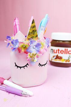 Wusstest du schon, dass man aus leeren Nutella Gläsern ganz einfach einen tollen Stiftehalter selber machen kann? Klicke hier für die DIY Anleitung!
