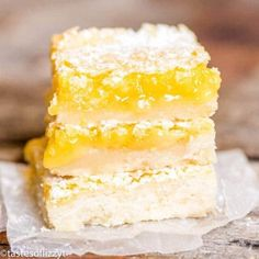 Bright, tangy lemon bars recipe with a shortbread crust and lemon custard filling. A simple powdered sugar dusting makes these fruit bars a classic! Fruit Juice Recipes, Lemon Dessert Recipes, Lemon Recipes, Cookie Recipes, Desert Recipes, Pie Recipes, Recipies, Lemon Pie Bars, Desserts With Chocolate Chips