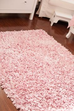 room diy pink Tiny Budget in a Tiny Room for a Tiny Princess - Project Nursery Pink And Grey Rug, Pink Blue, Gray, Light Pink Bedrooms, Small Bedrooms, Tiny Girls Bedroom, Girls Pink Bedroom Ideas, Teen Bedrooms, Carpet Diy