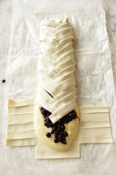 Heidelbeer-Topfenstrudel Heidelbeer-Topfenstrudel ~ Living on Cookies Blueberry Strudel, Yummy Treats, Sweet Treats, Baking Recipes, Dessert Recipes, Cream Cheese Danish, Austrian Recipes, Sweet Cooking, Cake & Co