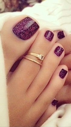 """Beautiful PAINTED toes along w/ """"dainty"""" toe ring jewelry  it❣️"""