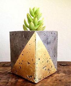 Atividade divertida para um final de semana, fazer vasos de cimento em casa ainda é econômico. Entre para aprender.