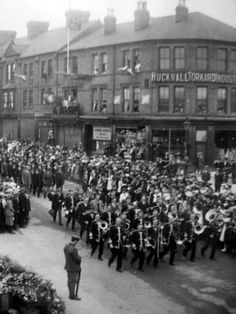 The Hucknall Peace Day parade passing the temporary war memorial, August Pte. Fred Sears, a Grenadier Guardsman, and 1914 veteran is in the foreground, rifle reversed. Nottingham, Family History, Genealogy, The Past, Street View, Victoria, Peace, War, Memories
