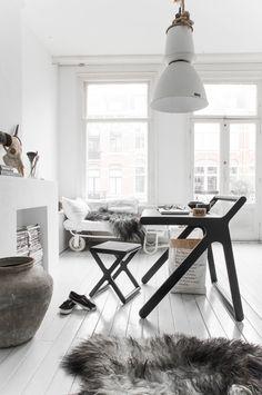 Klare Linien, viel Licht, viel Weiß und für den cosy Touch ein Schaffell und eine alte Industrie-Lampe. So bleibt der Wohnraum immer entspannt.