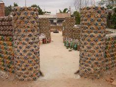 Boliviana constrói casas de garrafas PET para famílias carentes em 20 dias ~ AUTOSSUSTENTÁVEL