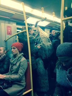 Dieser Krampus in der U-Bahn